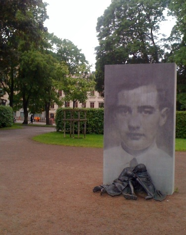 På andra sidan Sprängkullsgatan, på Haga kyrkoplan står Charlotte Gyllenhammars monument över Raoul Wallenberg.