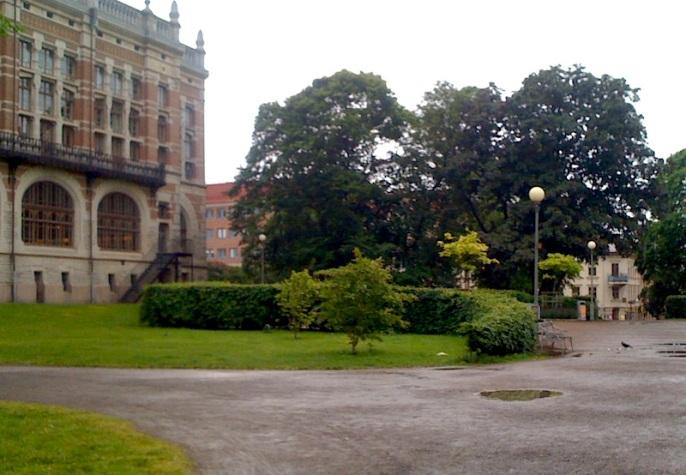 Baksidan av Göteborgs gamla Stadsbibliotek som har renoverats pietetsfullt och nu är en del av Göteborgs Universitetsbibliotek.