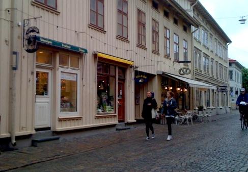 Längst till vänster låg fram till mitten av 80-talet Kvinnobokhandeln Bröd och Rosor, som jag hade äran och nöjet att vara en del av