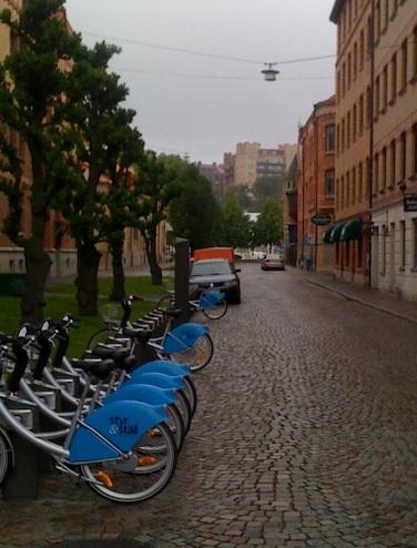"""Observera Göteborgsvitsen - med ett kontokort hyr man en cykel för liten peng och ställer den sedan tillbaka i något av alla """"Styr-och-ställ""""-ställen."""